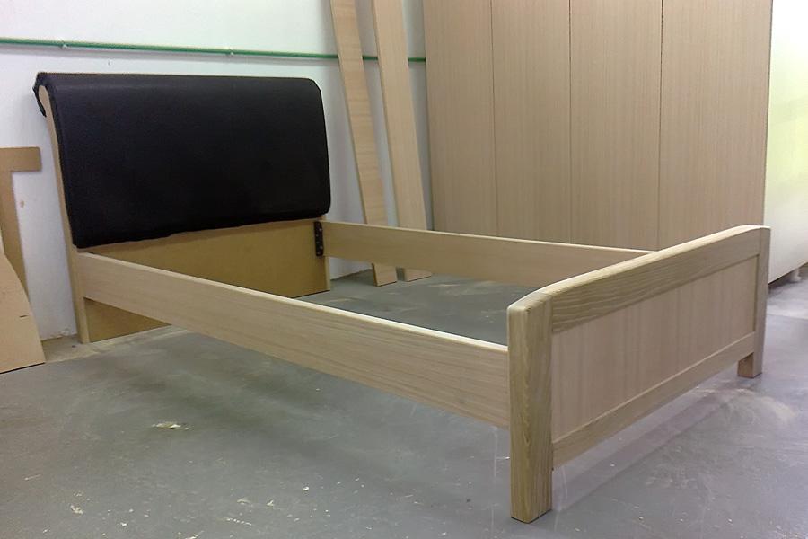 Κρεβάτι με δερμάτινη πλάτη