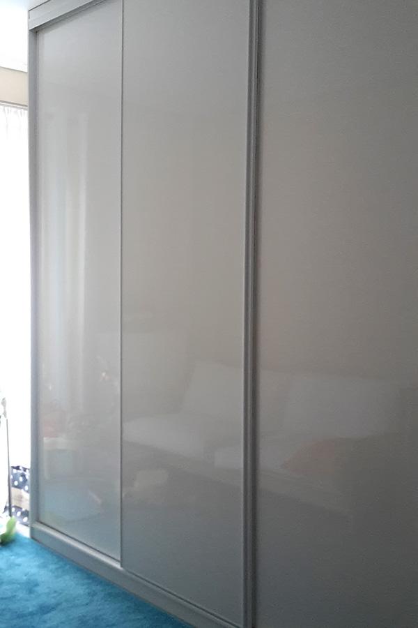 Ντουλάπα συρόμενη σε λευκή γυαλιστερή λάκα
